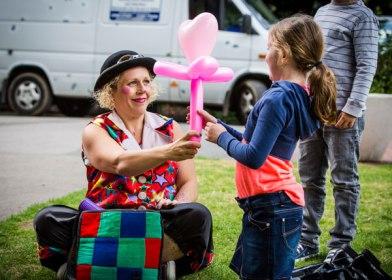 Children's entertainer gives child a balloon animal